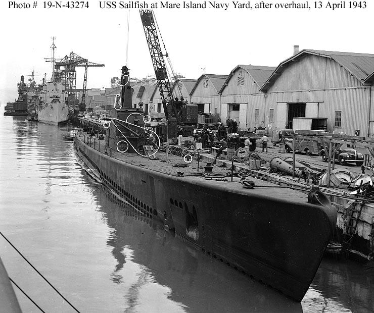 Az 1943-ban felújított USS Sailfish. A bekarikázott részek mutatják a felújított részeket.