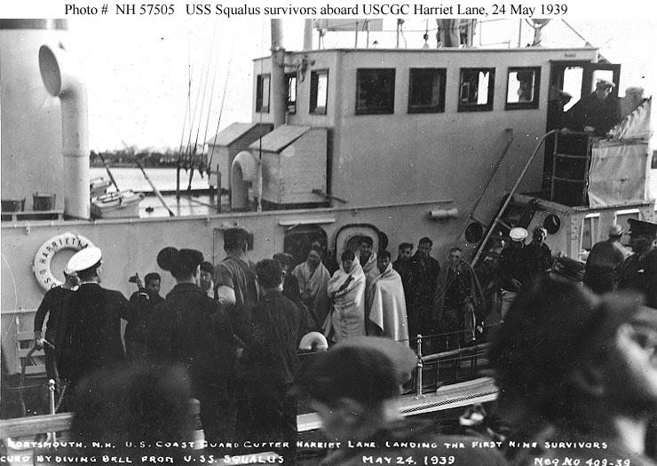 Az első kilenc felszínre hozott túlélő az egyik mentőhajón.