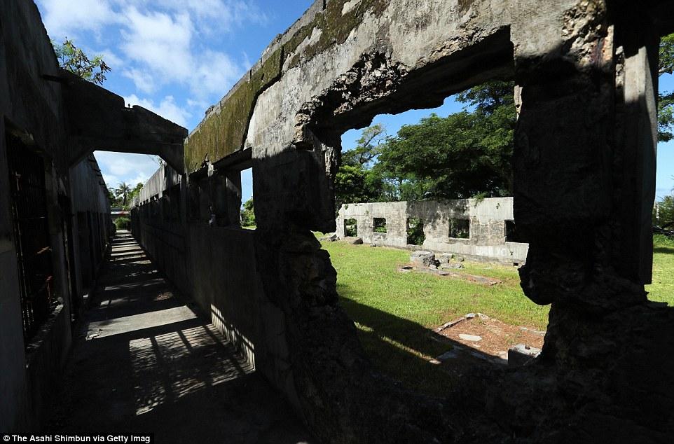 Egy korábbi japán börtön omladozó épülete az észak-mariana-szigeteki Saipan szigetén.