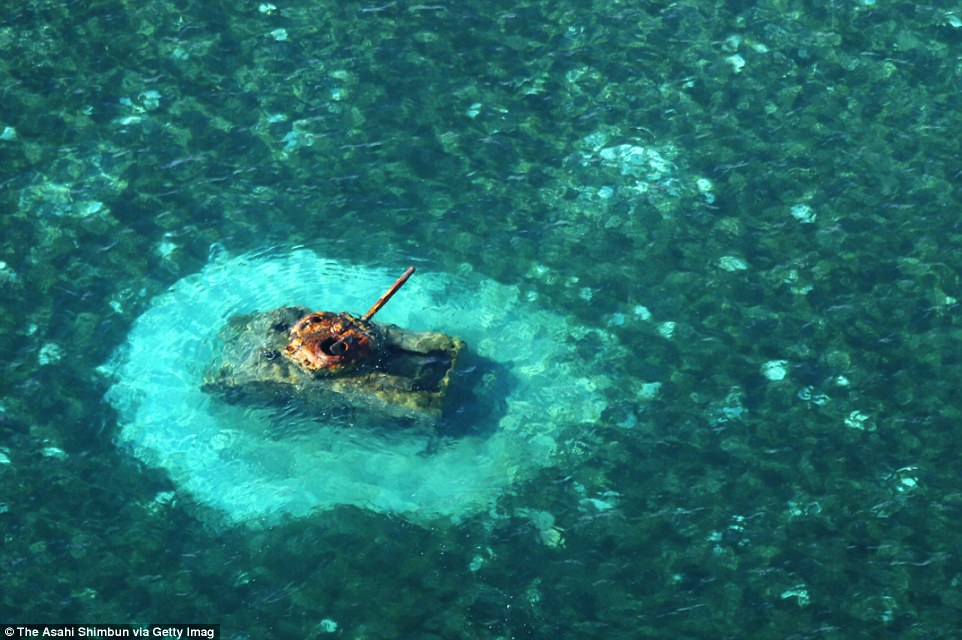 Amerikai M4 Sherman harckocsi a sekély vízben az észak-mariana-szigeteki Saipan szigetének Chalan Kanoa partszakaszon.