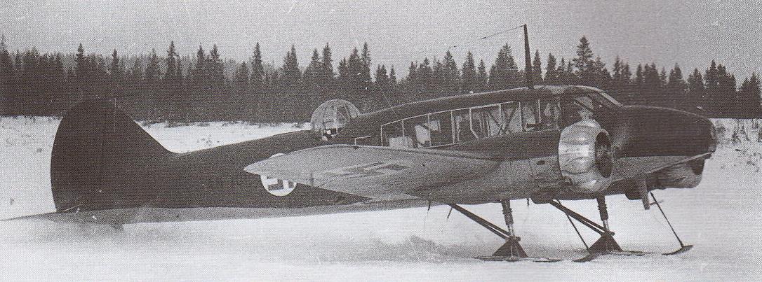 Finn Avro Anson Mk. I - Kétmotoros, felderítő / szállító repülőgép. Legnagyobb sebessége 300 km/óra, hatótávolsága 1.270 km. Fegyverzete 2 db 7,7 mm-es géppuska, amiből az egyik előre tüzel a másik a lövésztoronyban.