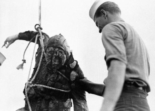 A támadásban részt vett, halott japán pilóta holttestét emelik ki a vízből.