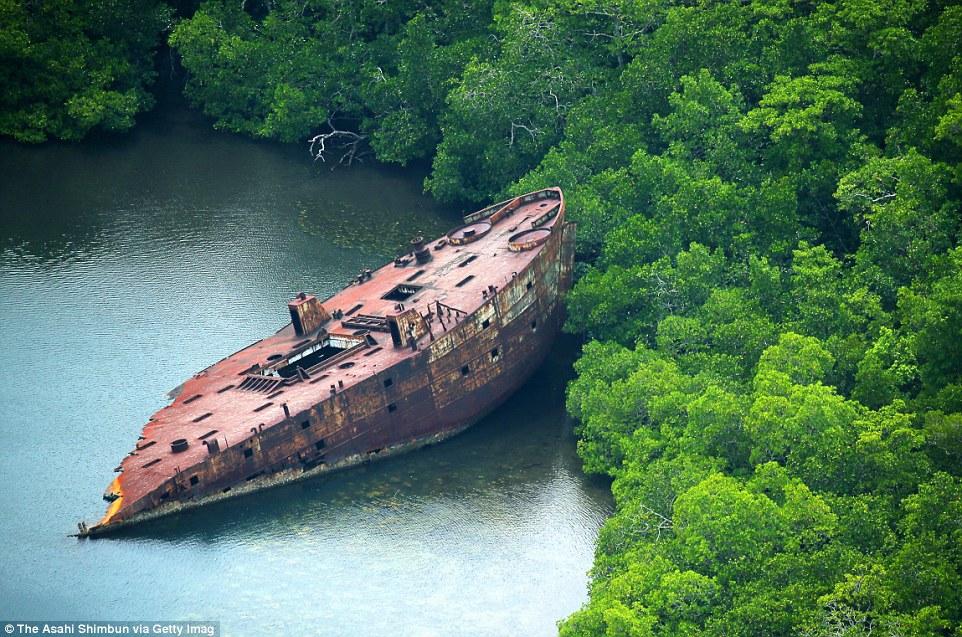 Amerikai LST (harckocsit partraszállító hajó) roncsa a salamon-szigeteki Ngella-szigeteknél.