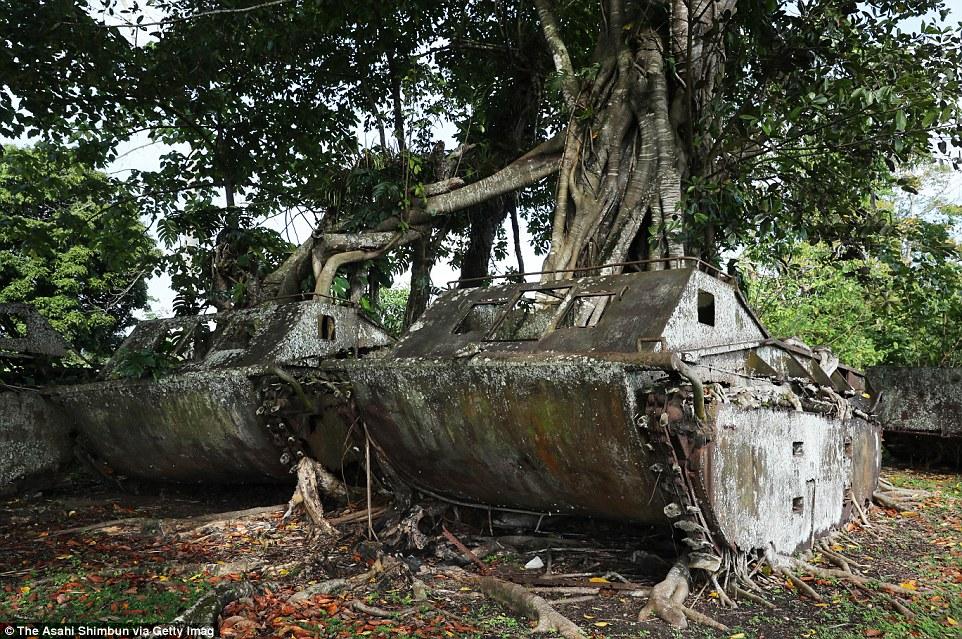 Amerikai LVT-1 kétéltű harcjárművek mállanak szét a salamon-szigeteki Guadalcanal szigetén.