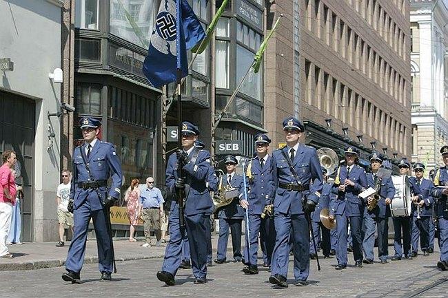 A finn légierő egyik alakulatának felvonulása az egység zászlójával.