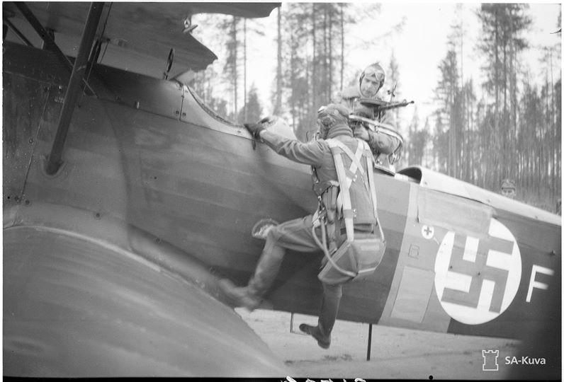 A pilóta beszáll egy finn Fokker C.V könnyűbombázó