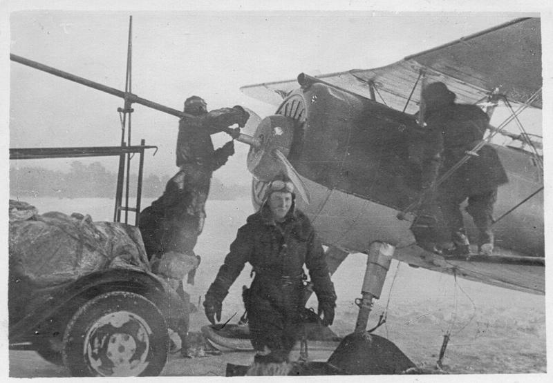 Szovjet Polikarpov I-15bis vadászgép karbantartása a téli háború során.