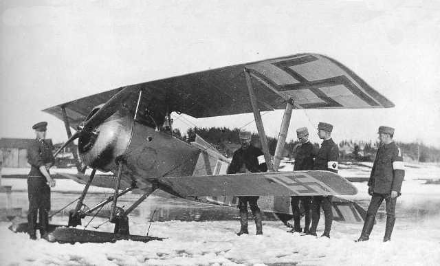 Francia gyártmányú Nieuport 23 vadászgép 'fehér' katonákkal.