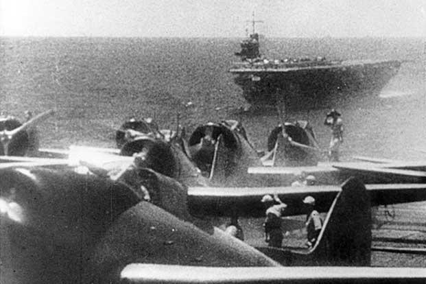 Japán harcigépek sorakoznak felszállásra az egyik repülőgéphordozón. A háttérben az Akagi.