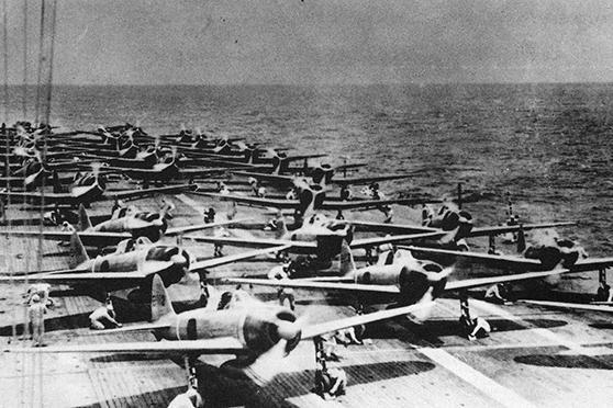 Japán harcigépek sorakoznak felszállásra az egyik repülőgéphordozón.