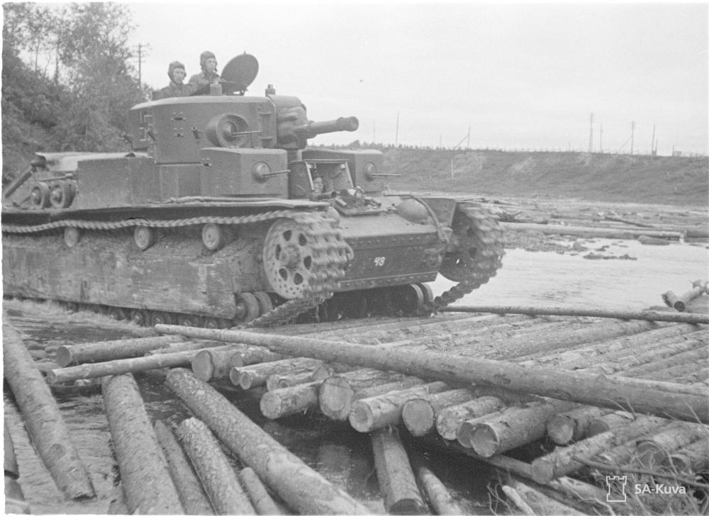 Egész szárú, fehér árnyékú fekete horogkereszt a 48-as számú finn T-28 harckocsin 1941. augusztusában.