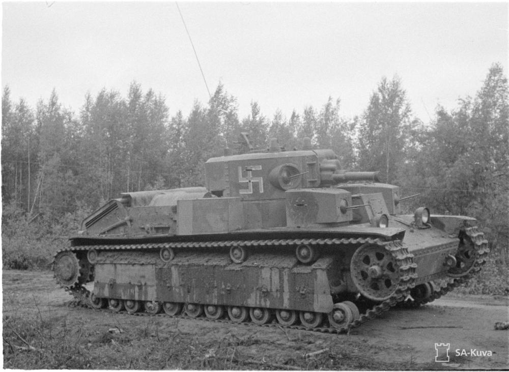 Finn T-28 harckocsi 1941. augusztusában fehér árnyékos kék horogkereszt felségjelzéssel.