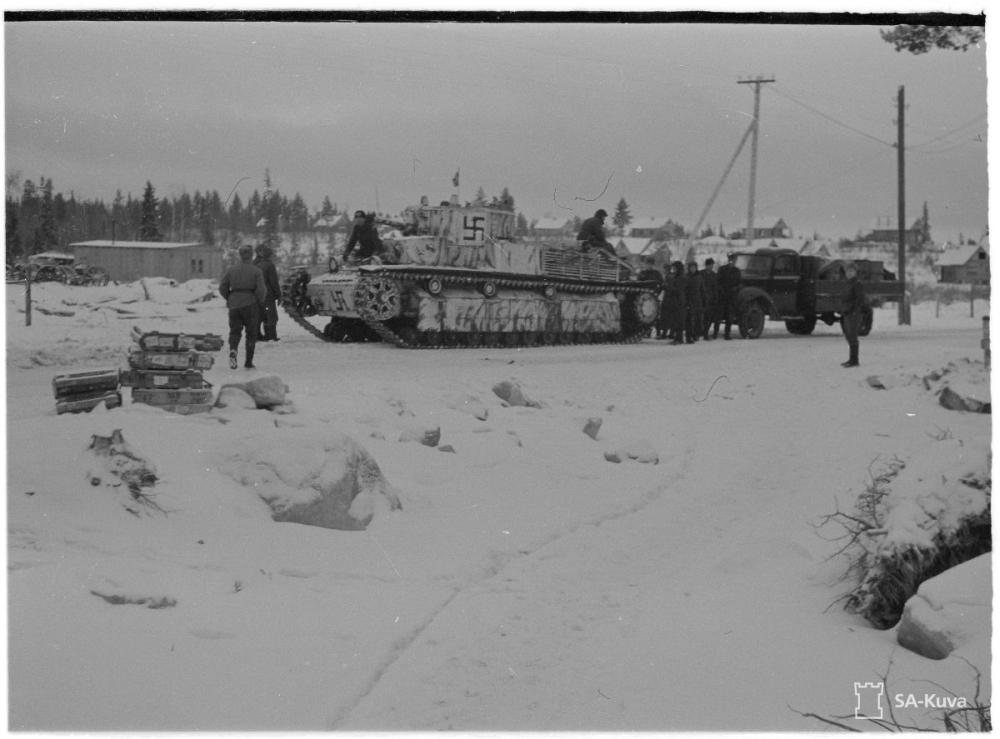 Finn T-28 harckocsi 1941. decemberében egyszínű fekete horogkereszttel.
