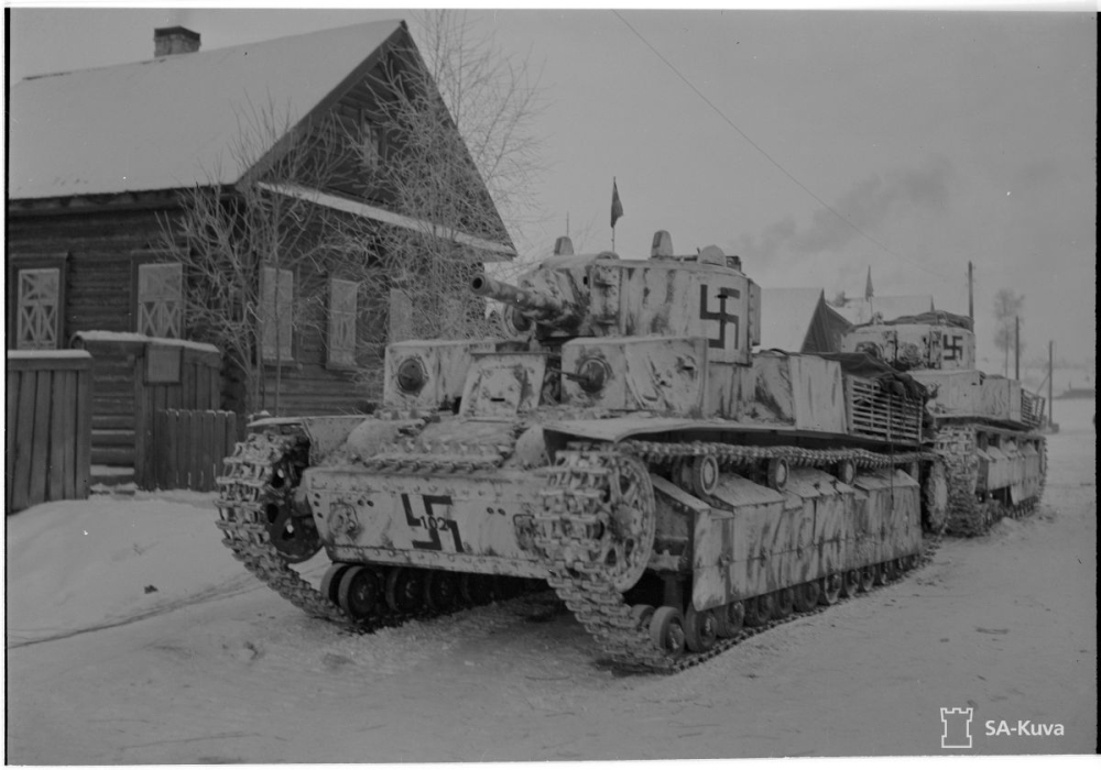 Finn T-28 harckocsik 1941. decemberében egyszínű fekete horogkereszttel.