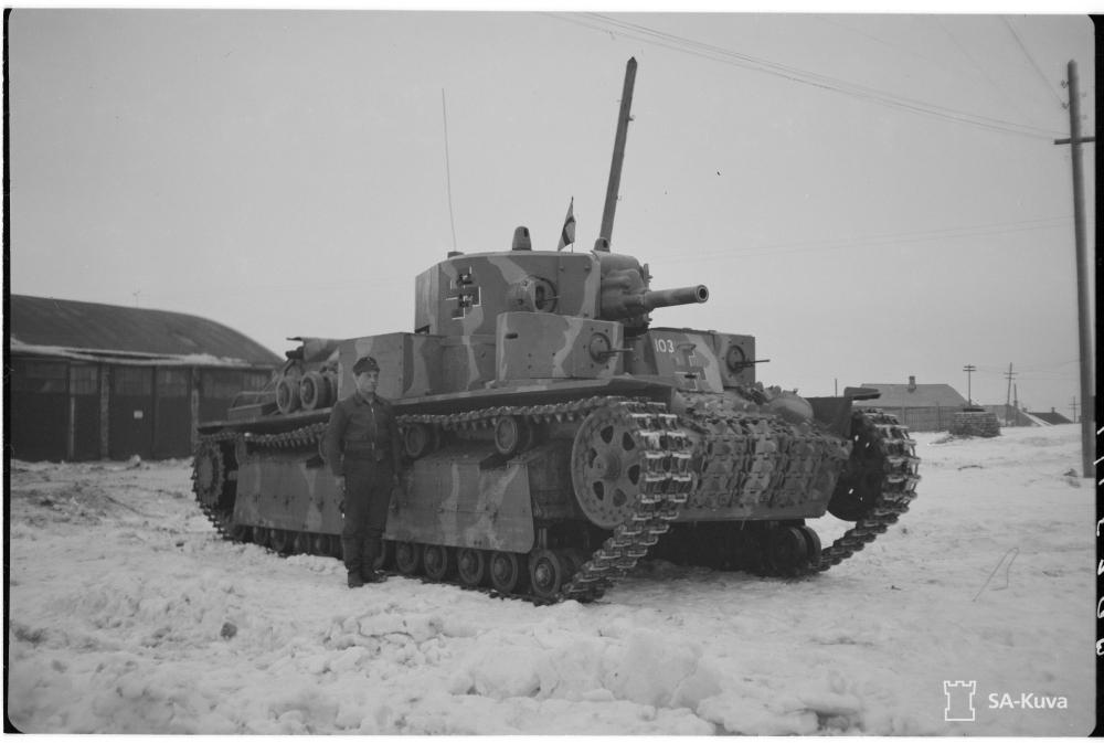 Félszárú, fehér árnyékú fekete horogkereszt a 103-as számú finn T-28 harckocsin 1944. januárjában.