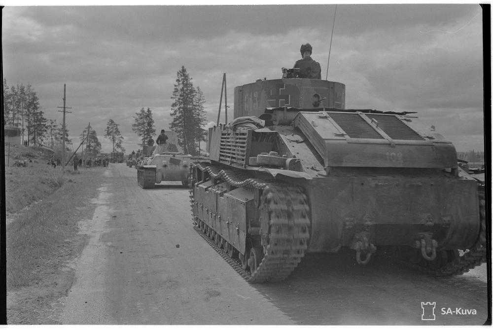 Félszárú, fehér árnyékú fekete horogkeresztek finn T-34 és T-28 harckocsikok 1944. júniusában.