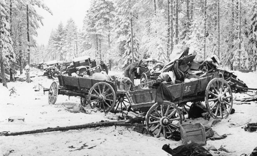 Szétlőtt orosz menetoszlop egy finn erdei úton