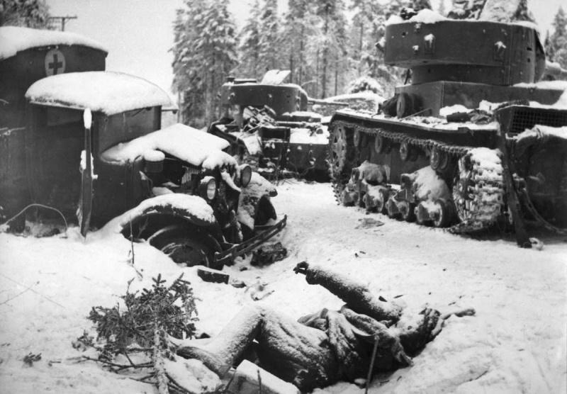 Halott szovjet katona és kilőtt T-26 harckocsik