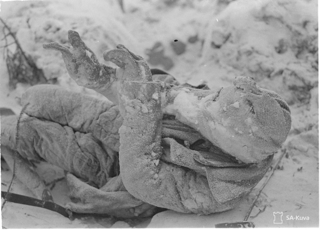 Szovjet katona szétfagyott holtteste.