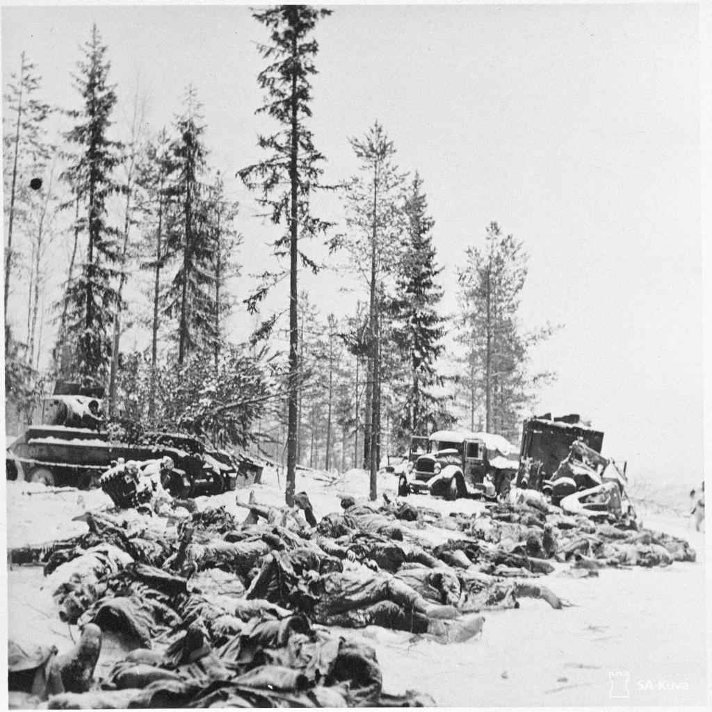 Halott szovjet katonák és szétlőtt haditechnika