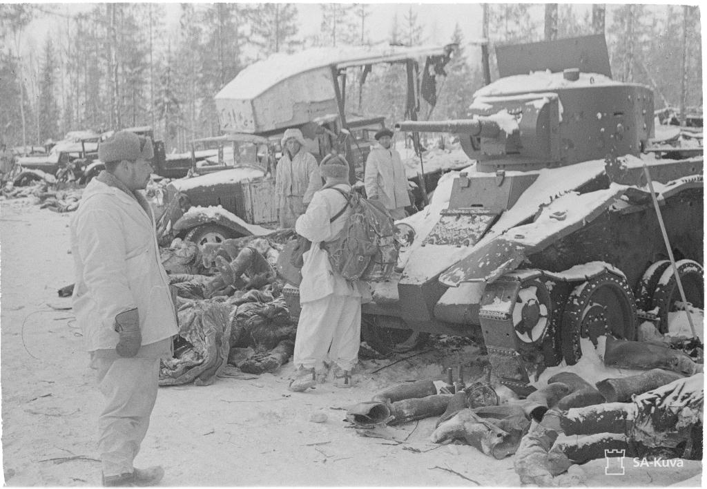 Finn katonák halott szovjet katonák és harceszközeik között
