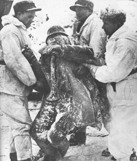 Finn katonák egy összefagyott szovjet katona holttestével.