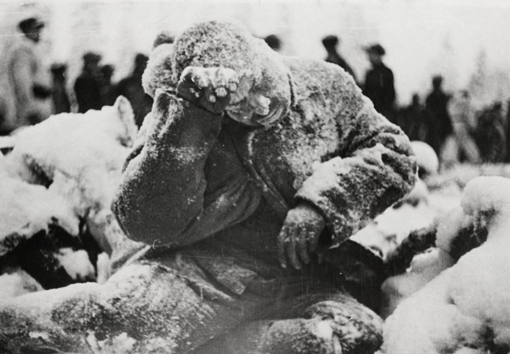 Halálra fagyott szovjet katona. Az akár -40 fokos hidegben egy könnyebb sérülés is halálossá vált, ha a katona nem tudott időben meleg helyre jutni.