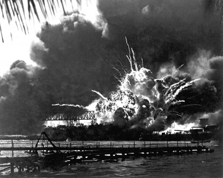 the_explosion_of_the_destroyer_shaw_during_the_attack_to_pearl_harbor.jpg