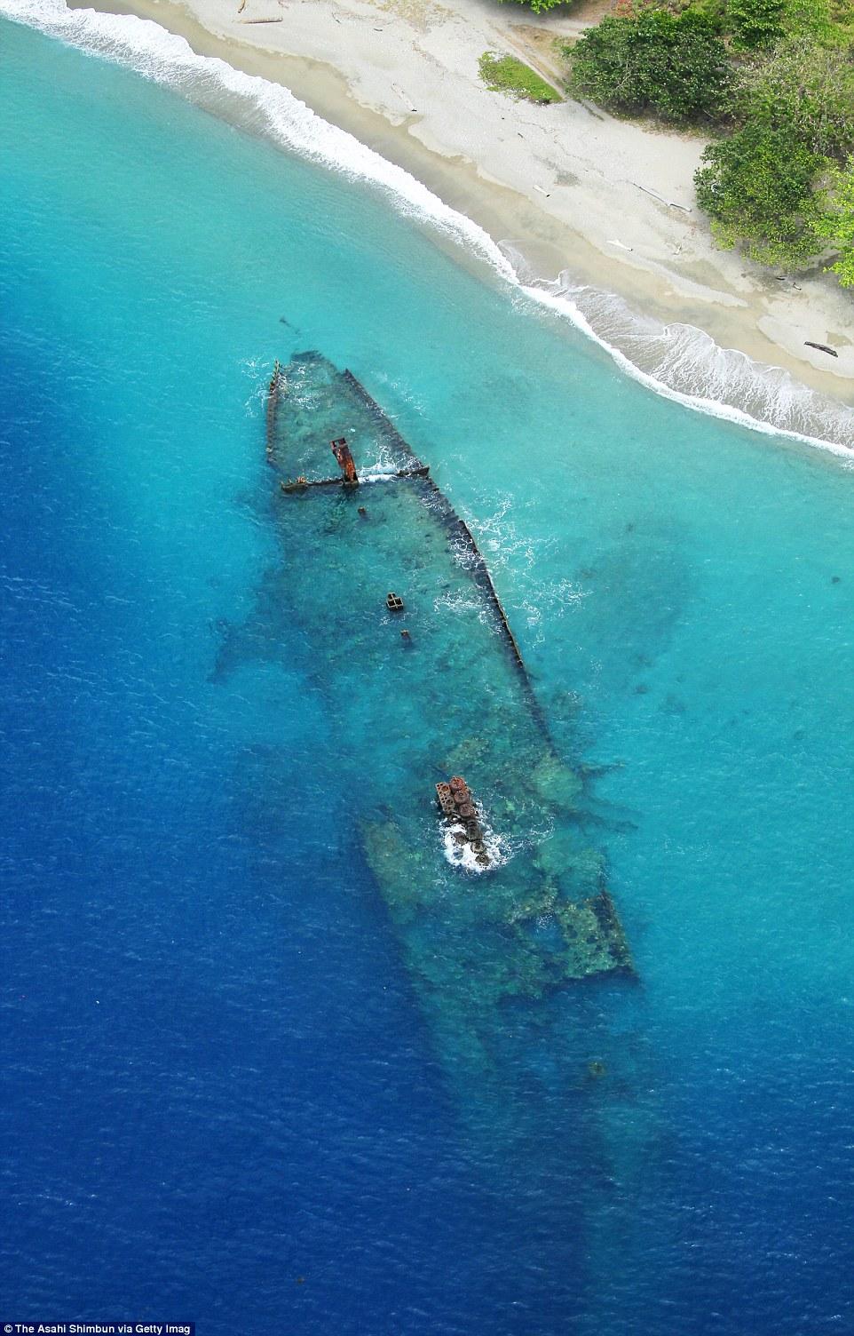 A japán Kinugawa Maru teherhajó roncsa a sekély tengerparti homokba süllyedve a salamon-szigeteki Guadalcanal sziget Tassafaronga partszakaszán.