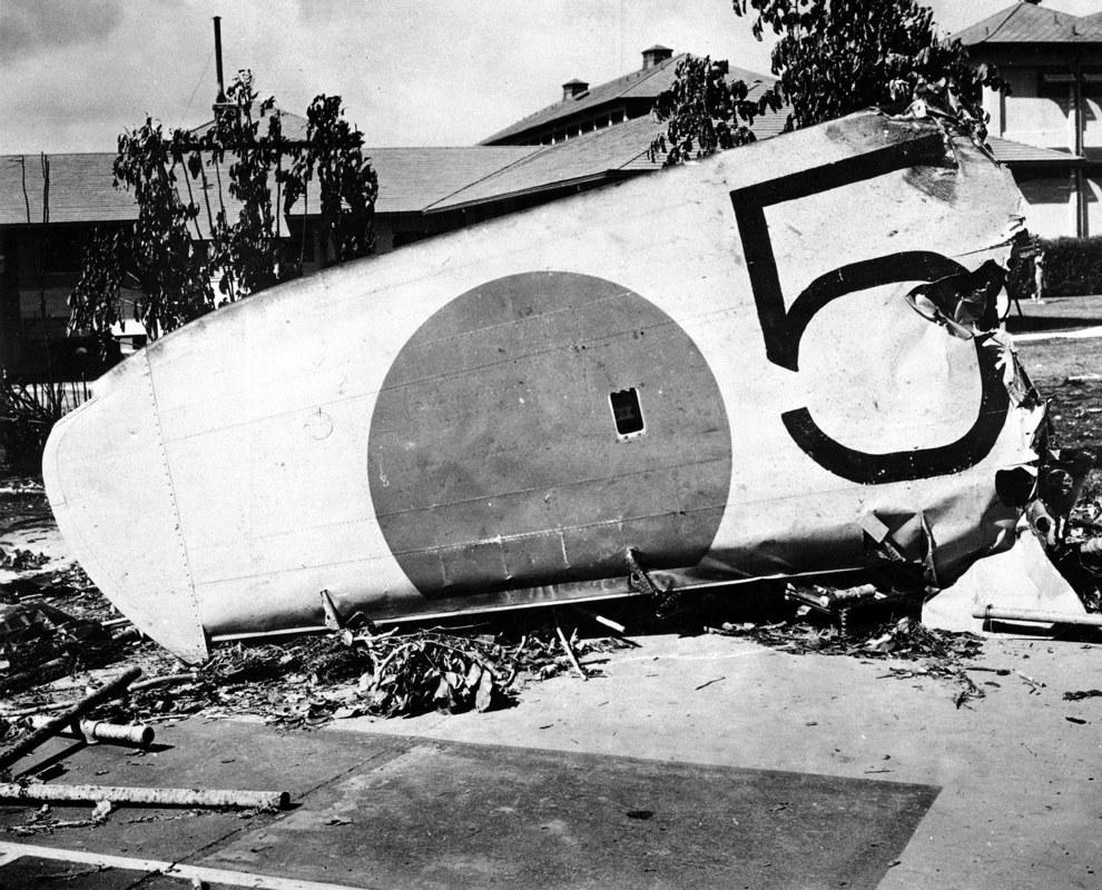 Egy a sziget katonai kórházánál lezuhant japán gép roncsa.