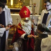 Miklós püspök (alias Mikulás - niksz télapó!) látogatása a bicskei Szentháromság templomban! - Adravecz Tamás képriportja.