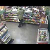 Felismered ezt a benzinkút-rablót? Nézd meg a videót!