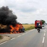 Autó égett az M1-es biatorbágyi pihenőjénél!