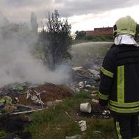 Tűzoltás élőben - felelőtlen és primitív bicskei (?) vandálok ezúttal is veszélyes hulladékot gyújtottak meg a sportpálya mellett!