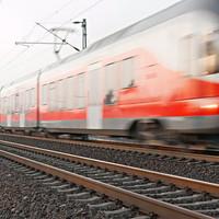 Meztelen ember tartotta fel a győri és pesti vonatokat Szárnál!