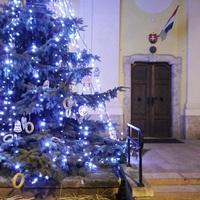Íme a települések karácsonyfái Váltól Bicskéig!