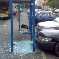 Bicskei rendőrök fogták el: egy etyeki buszmegálló üvegtábláit törte ki egy helyi férfi!