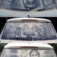 Az ember, aki koszos autókra rajzol