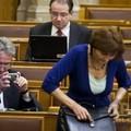 Eközben a Parlamentben
