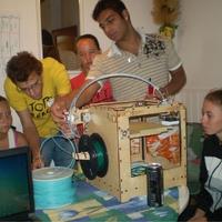 Önkéntesek 3 dimenziós nyomtatást tanítanak