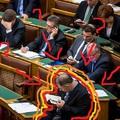 Találd ki, mit olvas Kósa a parlamentben