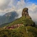 A Fanjing-hegyi templompár egy sziklacsúcs tetején.