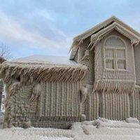 Jégbe fagyott házak az Erie-tó partján.