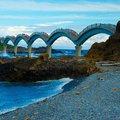 Hullámzó sárkányra emlékeztető híd.