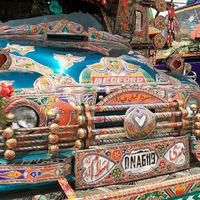 Jellegzetesen díszített Pakisztáni teherautók