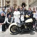 El kelt a Ferenc pápa aláírását viselő Harley Davidson Angliában.