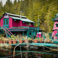 Mesebeli úszó szigeten él a művész pár és családjuk