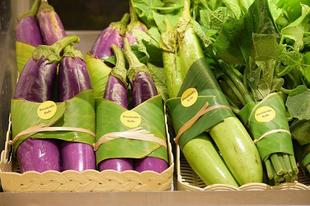 Műanyag zacskók helyett banánlevelekbe csomagolnak a szupermarketben.