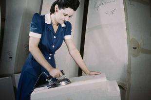 Dolgozó amerikai nők a második világháborúban, színesben.