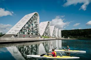 Szokatlan hullámzó lakóépület Dániában.